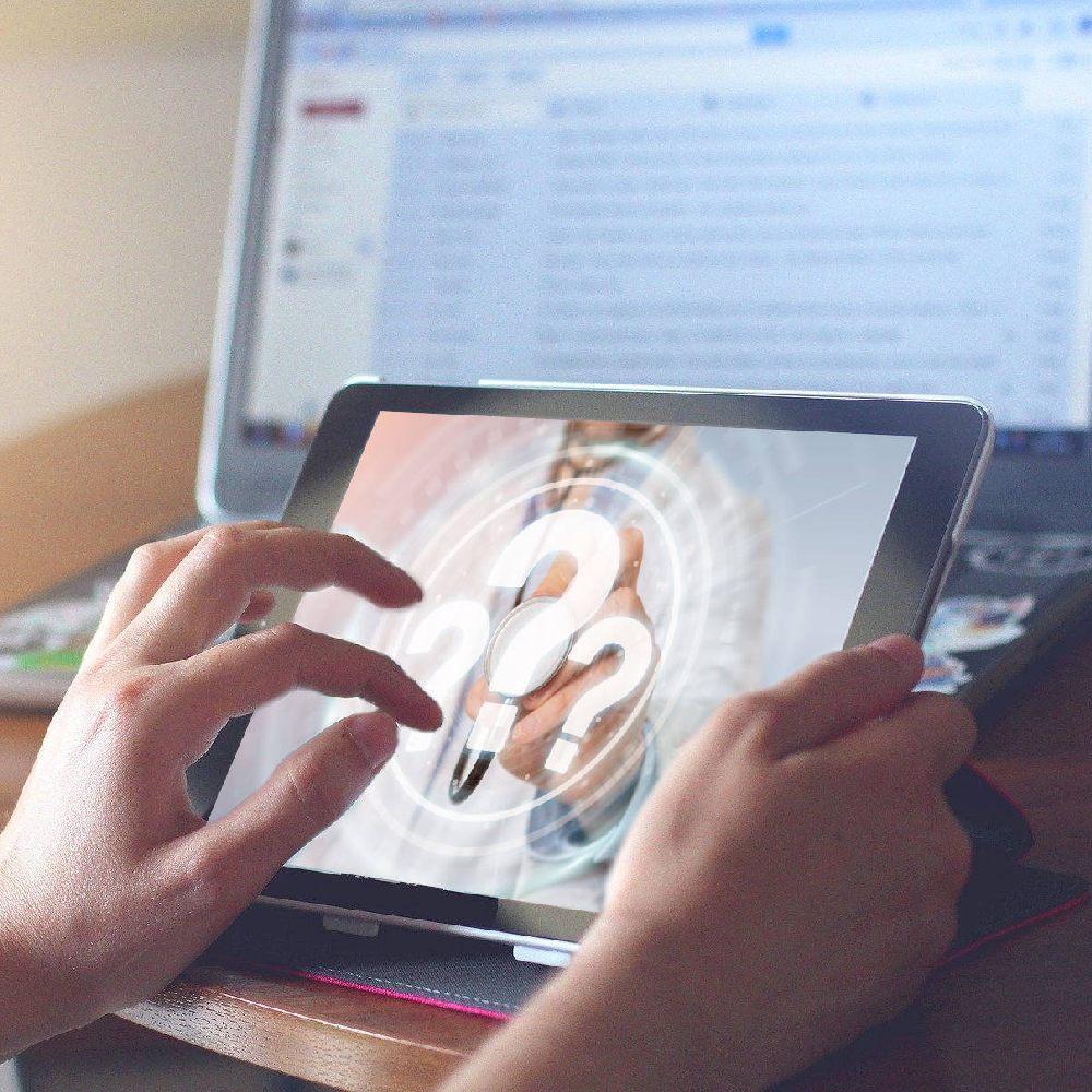 Bild Tablet-PC: pixabay 820272 (CC0); Bild Fragezeichen Arzt adobestock 198902026;